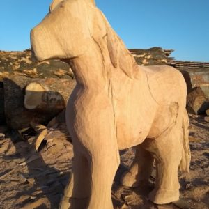 Hest stående Treskulptur